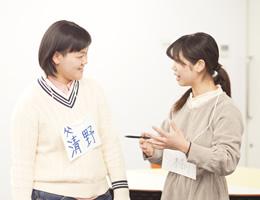 5~6人の小グループで先生・仲間と共に学ぶ