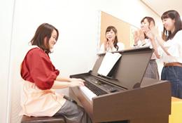 ピアノを弾きながら歌う